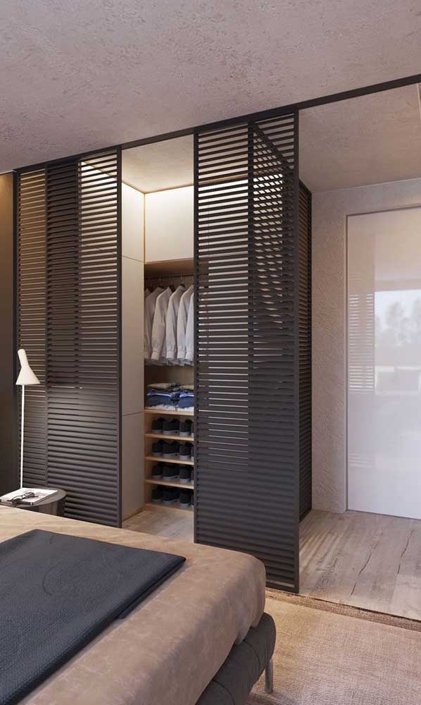 Já nesse outro quarto, o closet do casal ganhou uma porta de correr em estilo veneziana