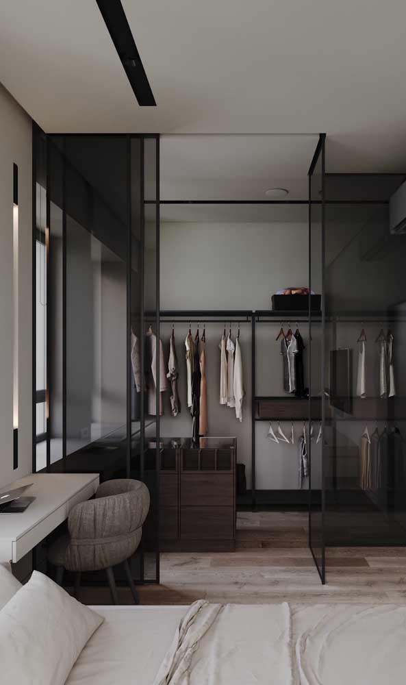 """Quando a casa ou o apartamento não contam com um closet no projeto original, a solução é """"fechar"""" um espaço do quarto para abrigar o pequeno cômodo"""