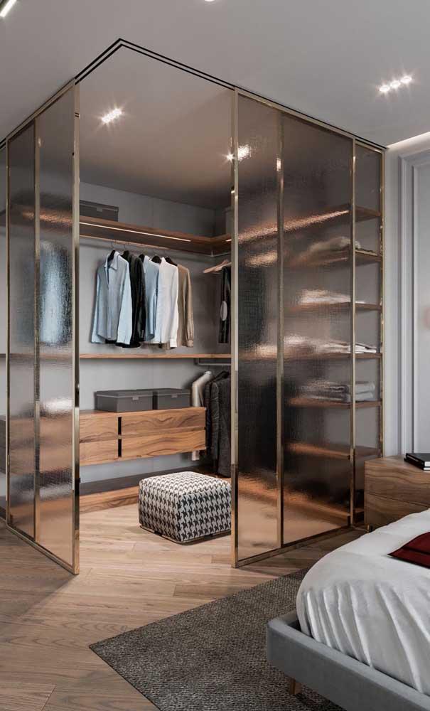 Modelo de closet quadrado no quarto do casal; configuração para quem dispõe de uma área útil maior