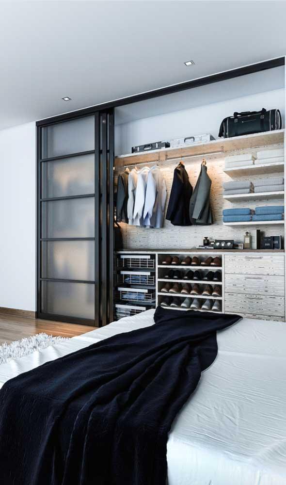 Já para os quartos menores, uma boa saída é o closet junto a uma das paredes; instale uma porta de correr para economizar ainda mais espaço