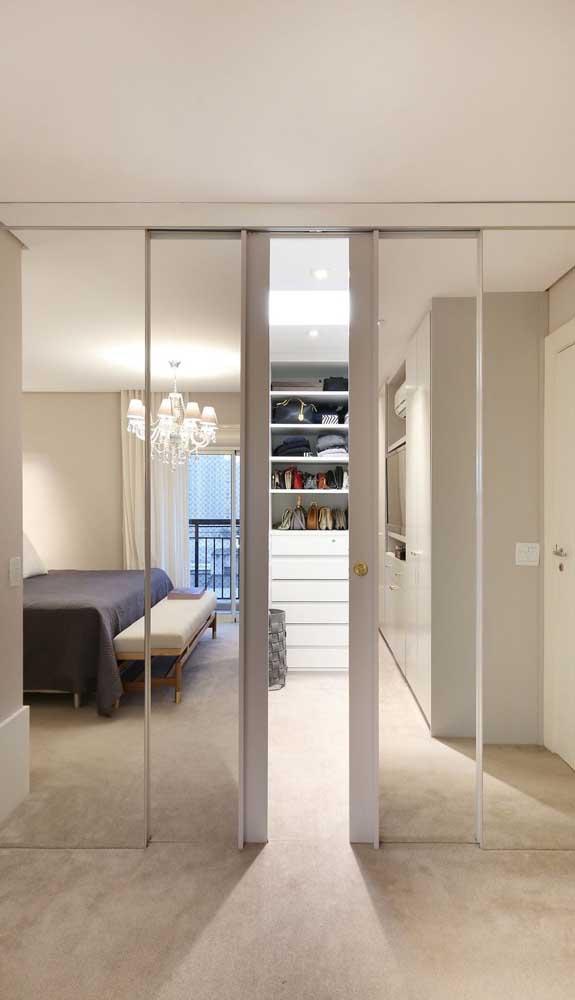 Uma porta espelhada para dar aquele toque de glamour ao quarto