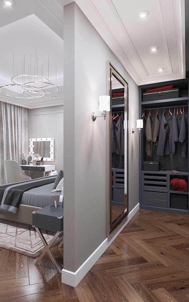 Para um closet de estilo clássico opte por molduras rebuscadas de gesso, espelhos e luminárias