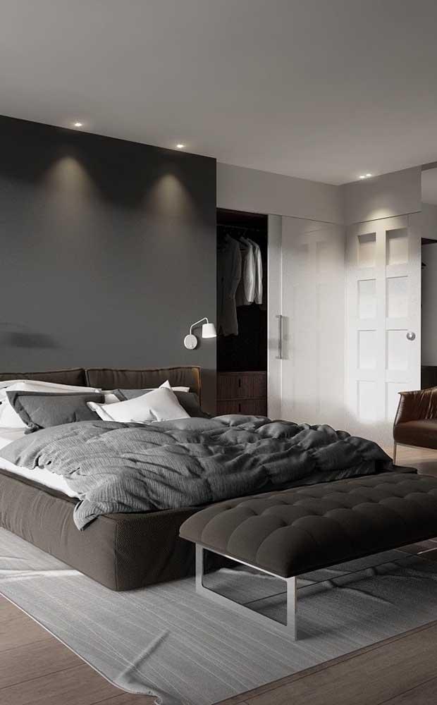 Nesse quarto de casal moderno, a divisória de gesso delimita o closet