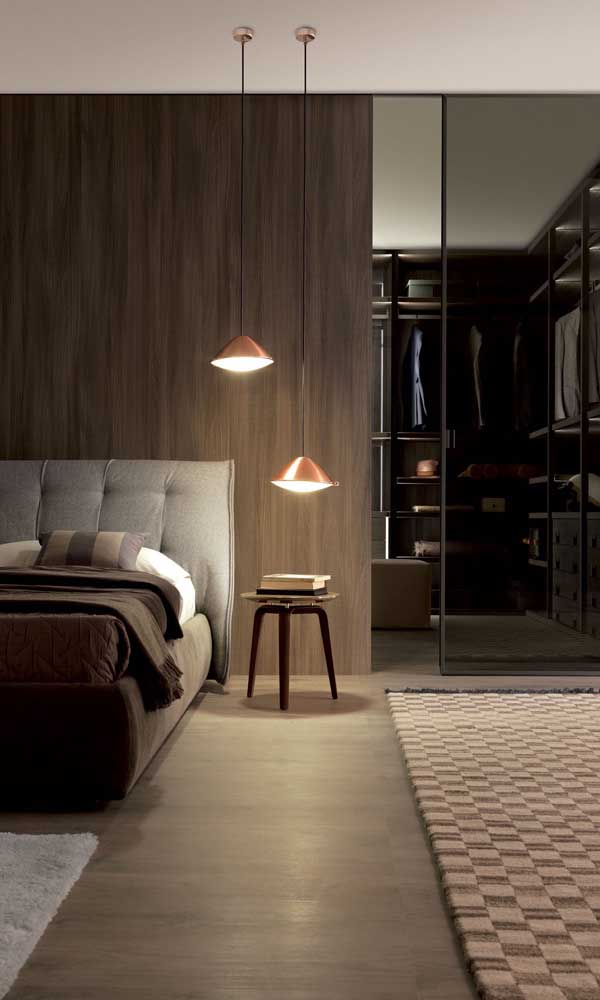 Tem coisa mais elegante e charmosa que uma porta de vidro fumê para o closet?