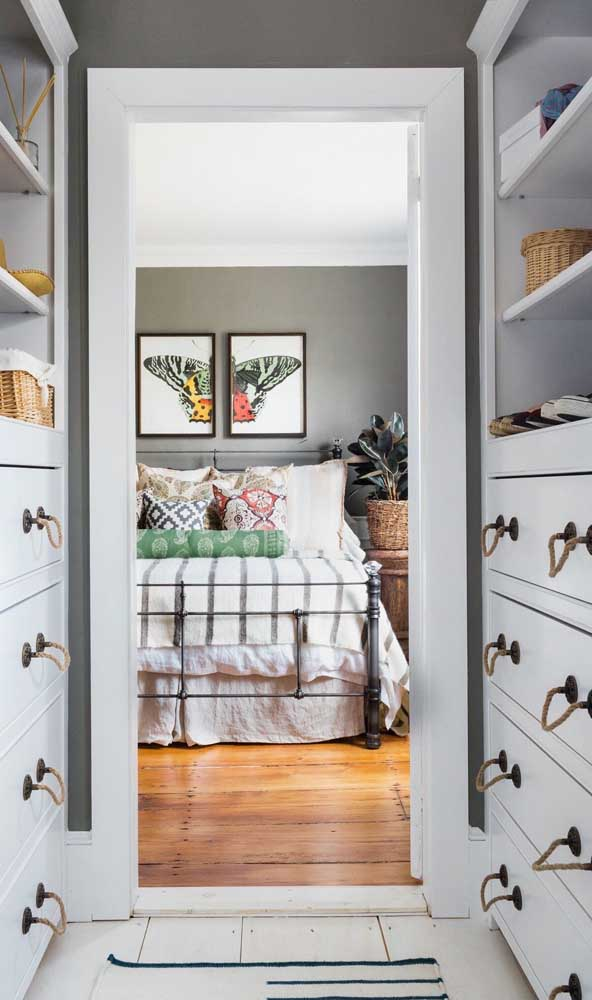 Um closet com cara de cômodo particular, seguindo os modelos mais tradicionais
