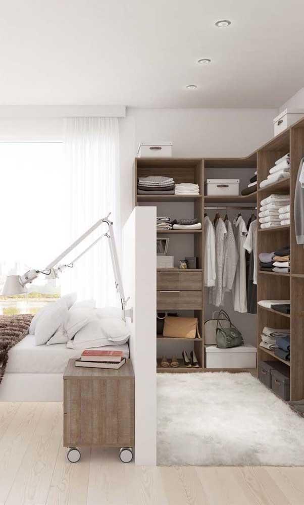 Já pensou em uma meia parede como divisória do closet?