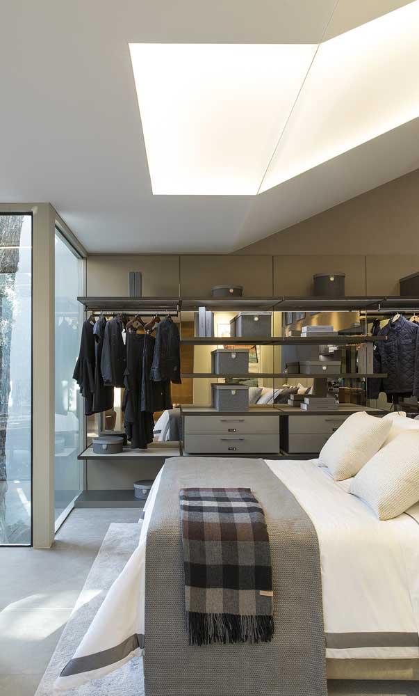 Quarto de casal com closet aberto: ainda duvida do potencial desse tipo de closet?
