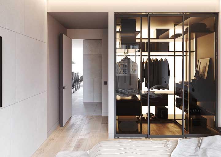 Nesse closet, a iluminação tem um papel de destaque