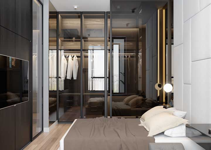 O vidro permite visualizar o closet sem expor as peças