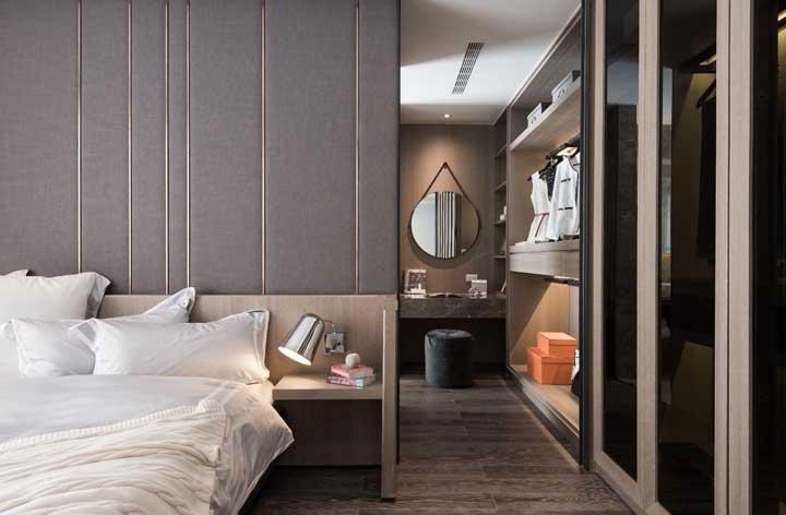 Dependendo do tamanho do closet você pode inserir móveis e peças que se ajustem as suas necessidades, como uma penteadeira