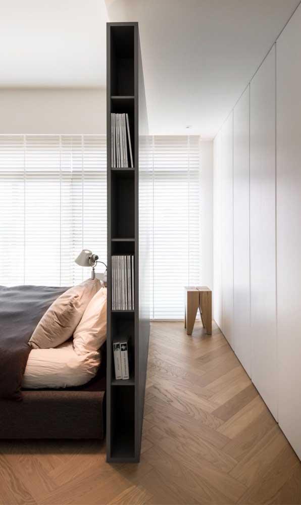 Uma divisória de madeira criou o espaço ideal para o closet atrás da cama