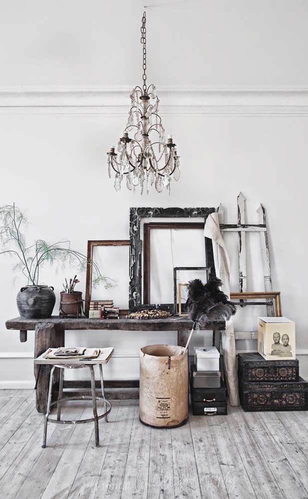 O clássico, o rústico e o nobre se misturam nesse ambiente que tem o lustre candelabro como ponto de destaque