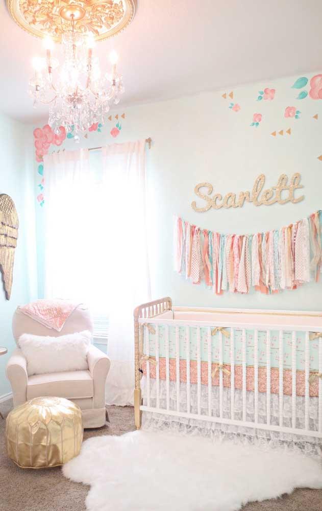 Já no quarto do bebê, o lustre candelabro imprime uma atmosfera de requinte e nobreza