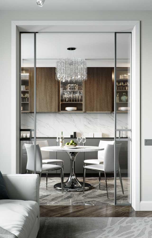 Lustre candelabro de vidro para iluminar e destacar a mesa de jantar que fica na cozinha