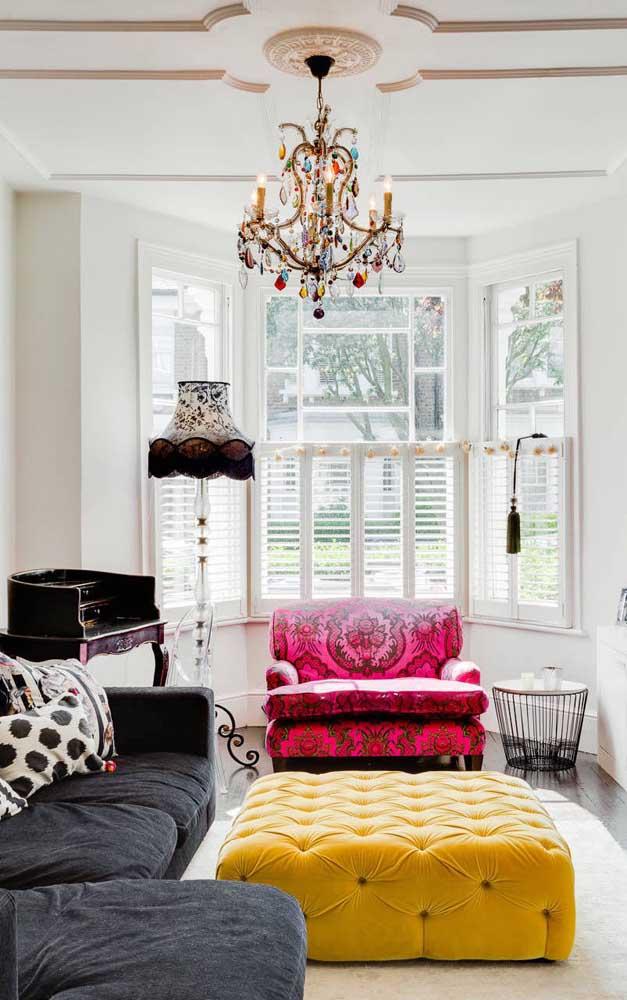 Aqui, o lustre candelabro colorido traz uma descontração e alegria sem igual para a sala de influência retrô