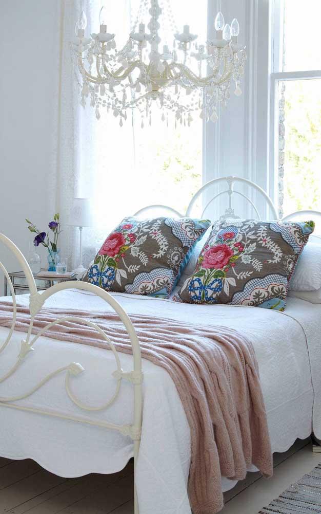 No quarto do casal, o lustre candelabro evidencia o clima de romance e delicadeza