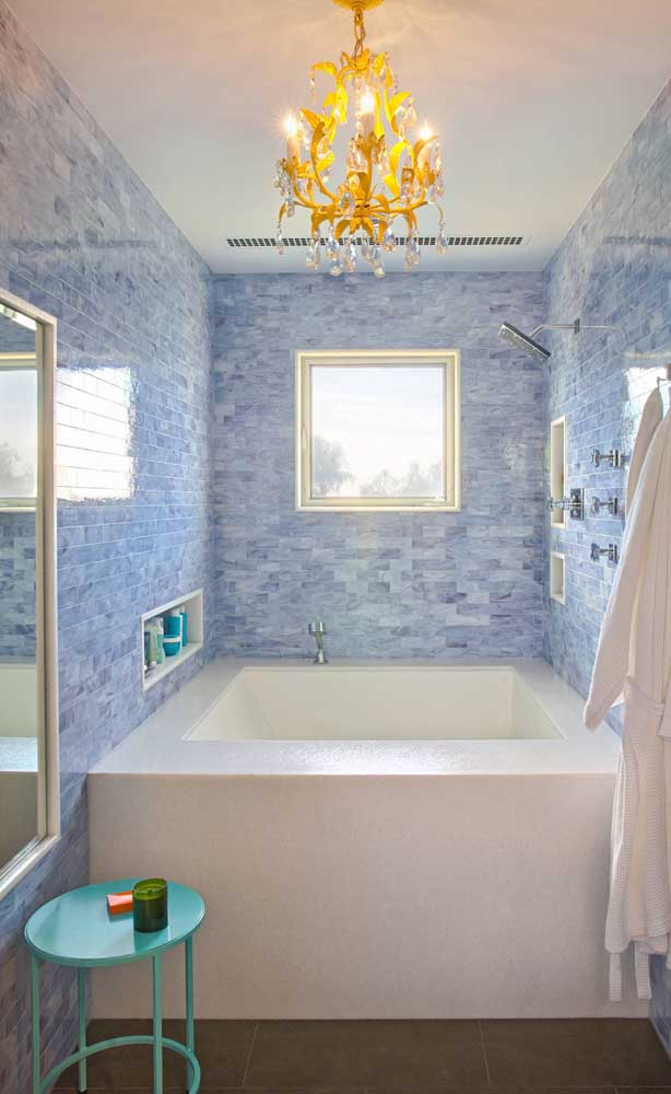E que tal se sentir uma diva tomando banho de banheira e sendo agraciada pela luz de um lustre candelabro?