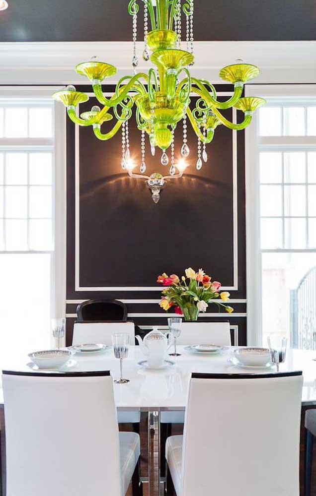 Já pensou em um lustre candelabro verde? Olha só que incrível!