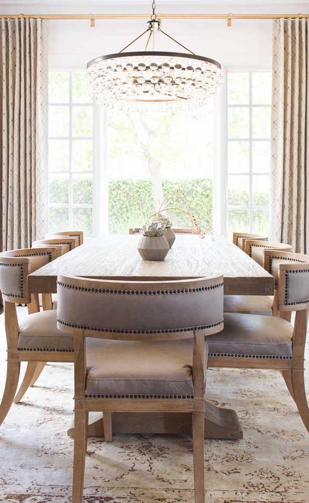 Lembre-se de estar atento a proporção do lustre candelabro em relação a mesa de jantar