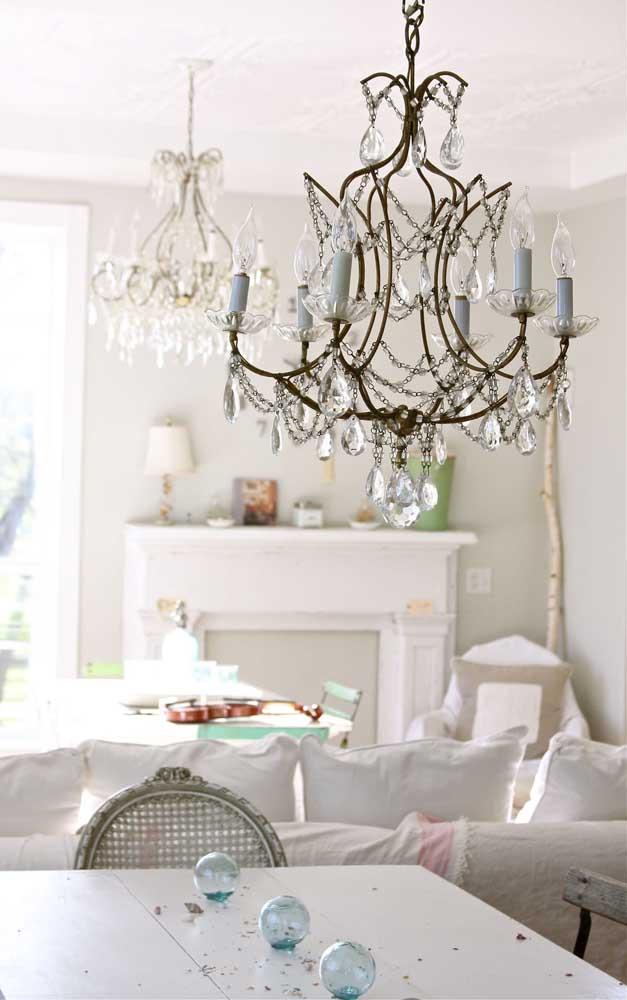 Porque ter apenas um, se você pode ter dois lustres candelabros na sala de estar? Especialmente se ela for integrada à sala de jantar