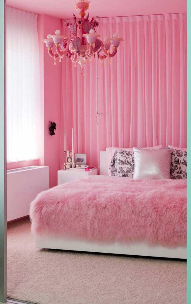 Olha que luxo esse lustre candelabro rosa fechando a decoração desse quarto pra lá de original!