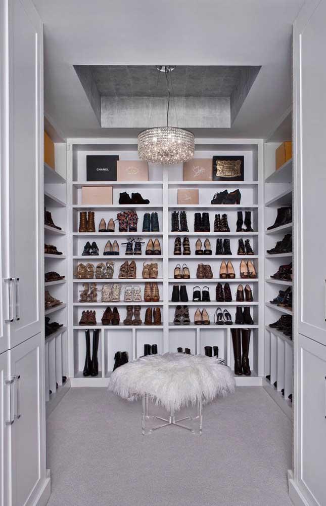 E que tal apostar em um lustre candelabro de cristal chiquérrimo para o seu closet?