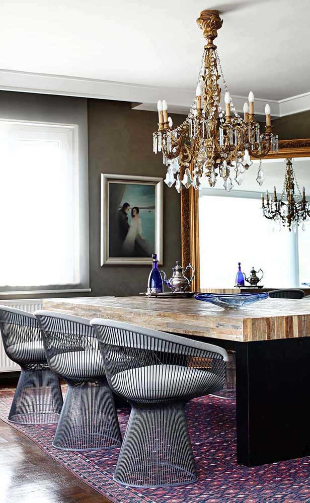 O clássico e o moderno se unem nessa sala de jantar