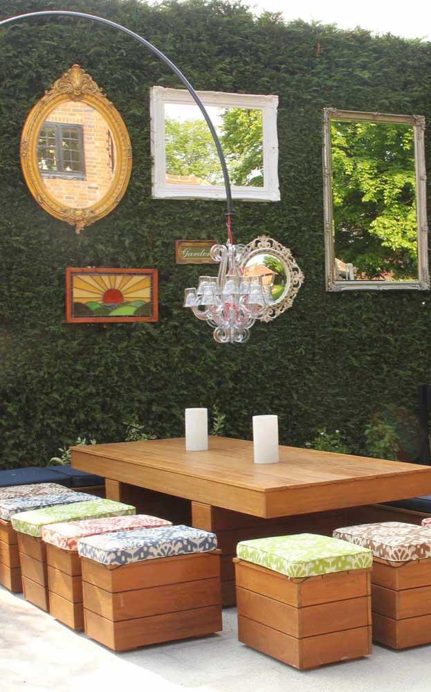 Na área externa da casa, o lustre candelabro também revela suas potencialidades