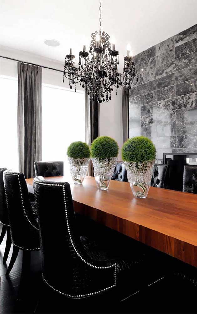 O máximo de sofisticação e elegância na sala de jantar você conquista com um lustre candelabro preto