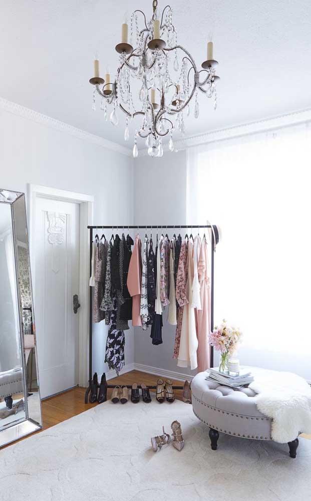 Para um quarto glamouroso, um lustre na mesma altura