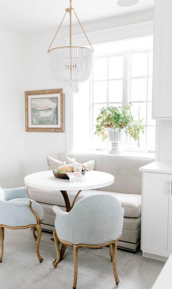 Cristal e detalhes em dourado: tudo o que um lustre candelabro precisa para encher a sala de estar de elegância e requinte