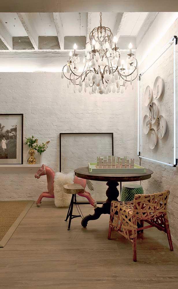 A sala de jantar contemporânea e descontraída conquistou charme e elegância com o uso do lustre candelabro
