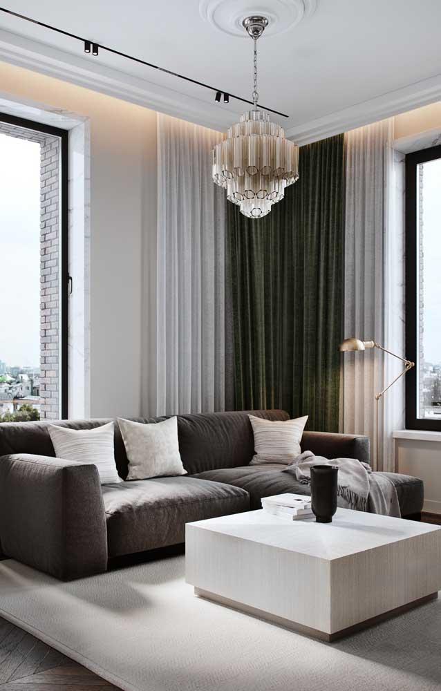 O lustre candelabro de tamanho médio se encaixou perfeitamente nessa sala de estar