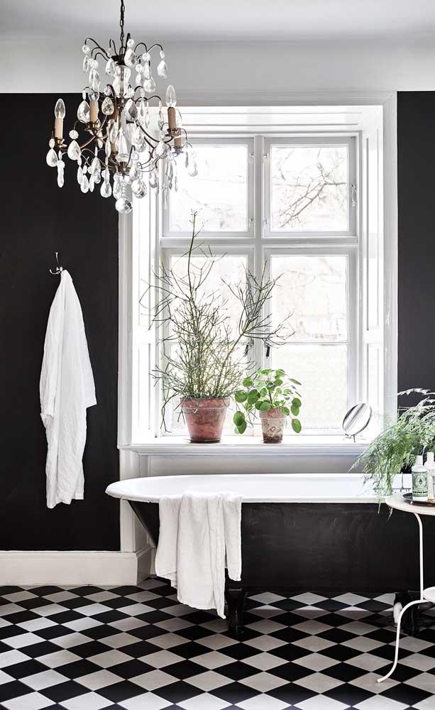 No banheiro, o lustre candelabro é puro glamour