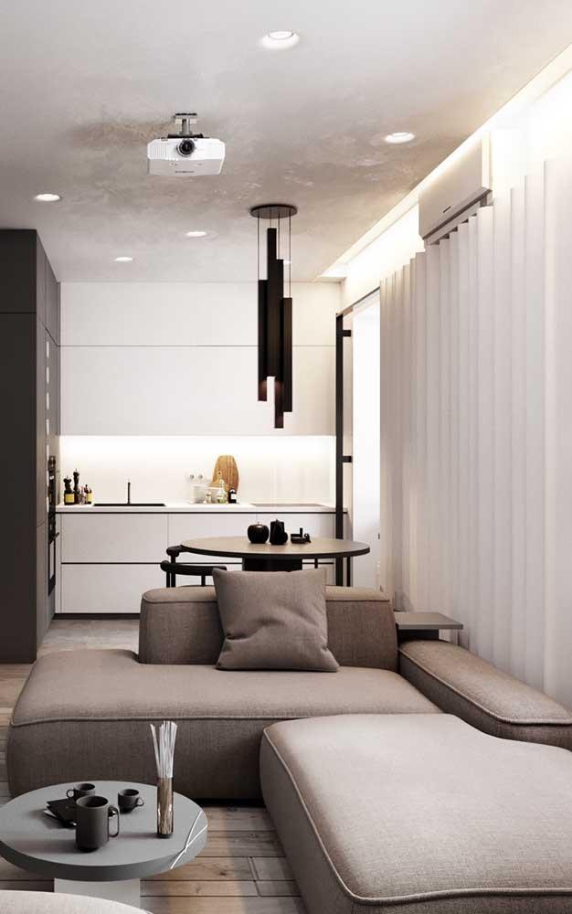 Aqui nesse pequeno ambiente integrado, a chaise longue se mostrou uma ótima opção para delimitar os espaços e para trazer conforto à sala de estar