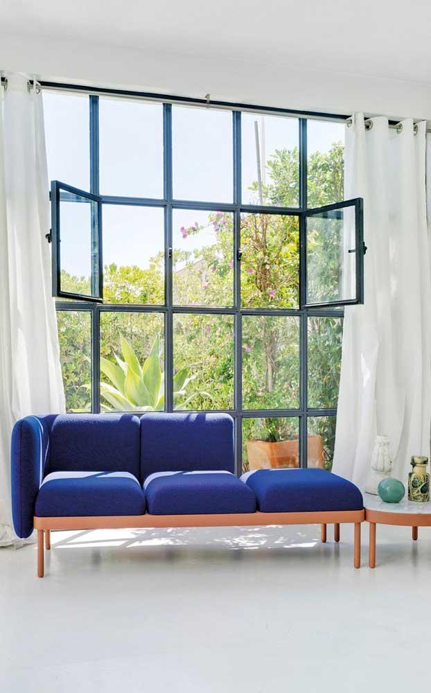 Um arraso essa chaise longue azul com estrutura em madeira!