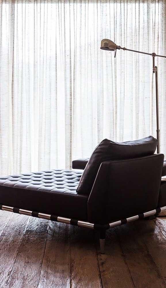 Clássica e sóbria, essa chaise longue confere elegância e sofisticação para qualquer ambiente