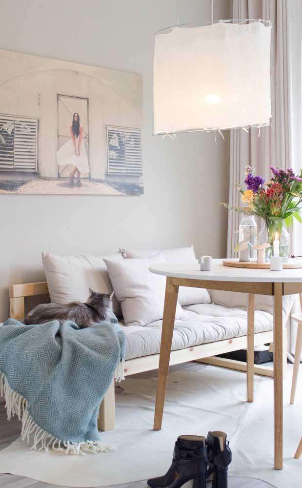 Aqui, a ideia foi usar uma chaise longue para montar um espaço semelhante a um canto alemão na sala de jantar