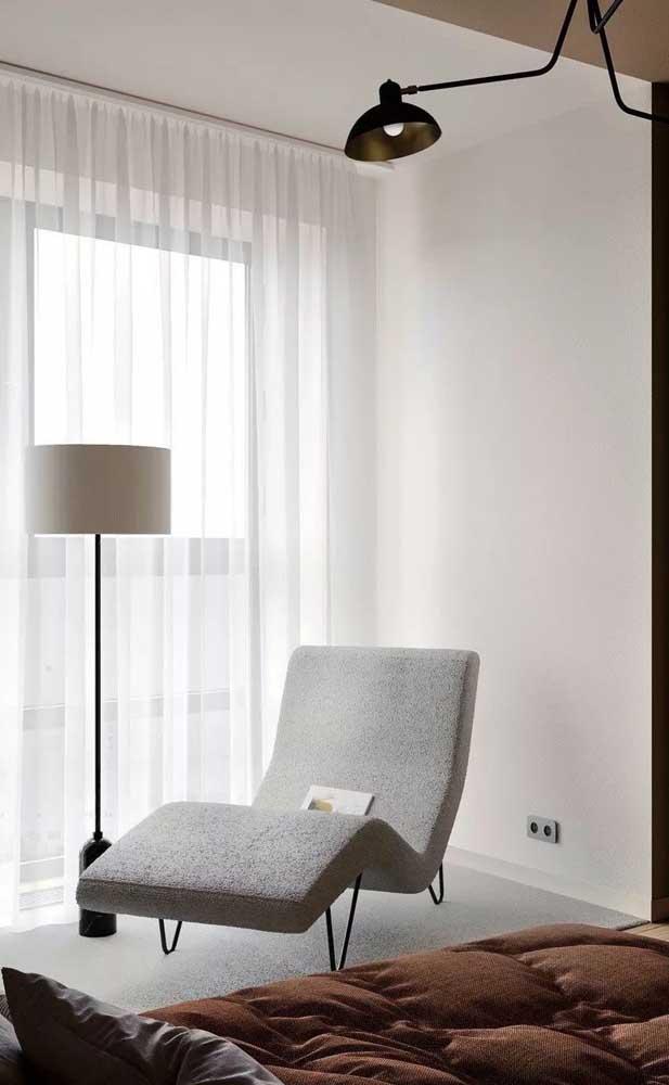 Transforme aquele cantinho vazio do seu quarto com uma chaise longue. Para deixar o móvel ainda mais funcional, instale uma luminária por perto