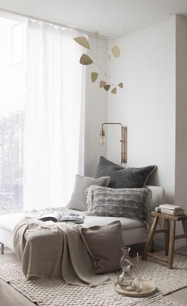 A chaise longue deixa o cantinho de leitura mais confortável e aconchegante do que as poltronas convencionais