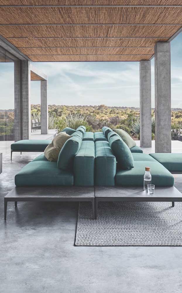 Varanda decorada com uma dupla de chaise longue pra lá de confortável