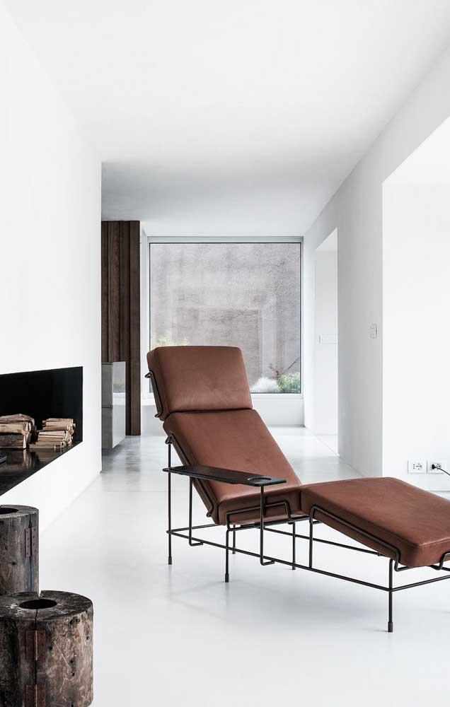 Esse modelo moderno de chaise longue conta com um apoio lateral muito útil