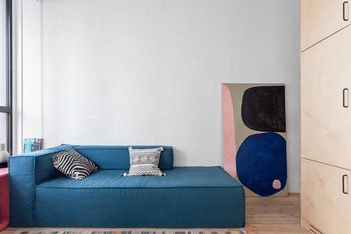 Linhas retas e design minimalista para essa chaise longue azul