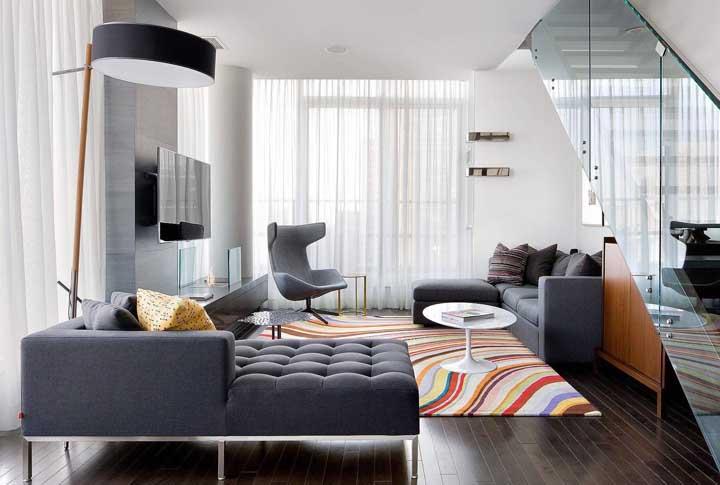Chaise longue seguindo o mesmo estilo do sofá e da poltrona