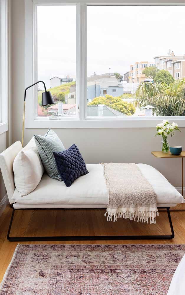 A chaise longue fica ainda mais convidativa com as almofadas e uma mantinha