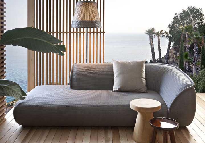 Chaise longue redonda posicionada na varanda de frente para o mar, está bom para você?