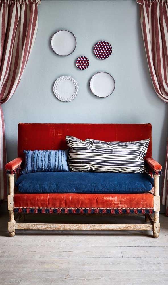 Sofá vermelho à la boho chic! Muito estilo por aqui!