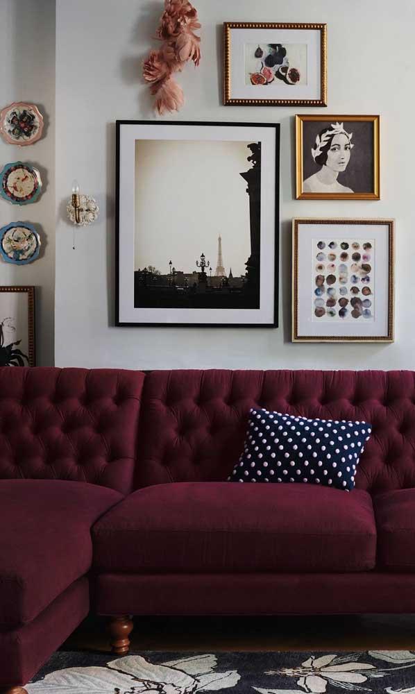 Um sofá vermelho bordô para deixar a decor da sala sexy e misteriosa