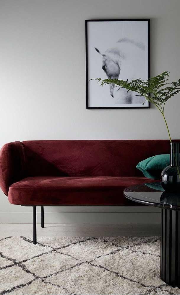 A combinação entre branco, preto e o vermelho profundo do sofá ficou incrivelmente linda e moderna nessa sala