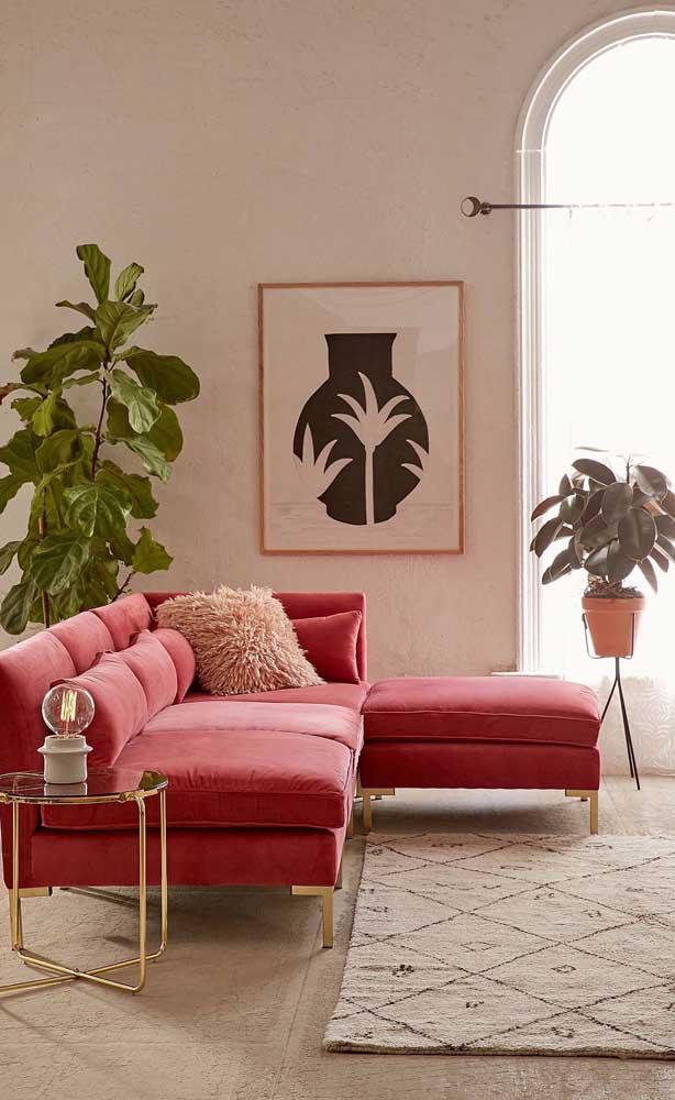 Os detalhes dourados trazem um toque de glamour ao sofá vermelho